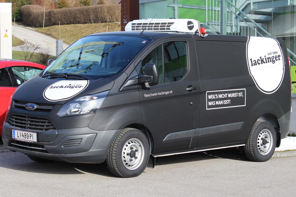 vollfolierung ford transit custom in schwarz matt mit konturschnittaufkleber in weiß glänzend