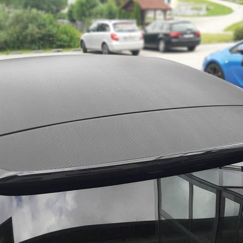 Messerloses Schneiden von Carbonfolie bei einer Dachfolierung mittels Knifeless-Tape